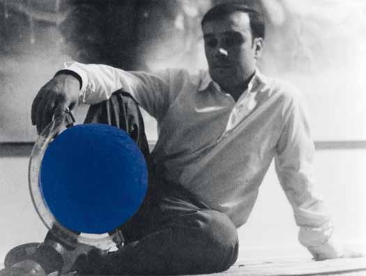 Yves Klein et le Globe Terrestre Bleu, (RP 5), dans son atelier 14, rue Campagne-Première, Paris ©Photo Gilles Raysse