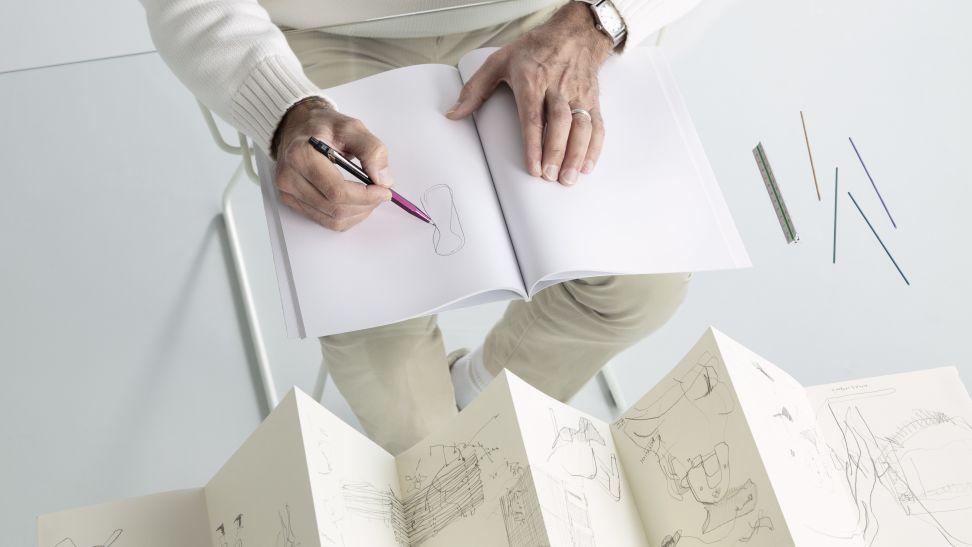 Alfredo Haberli dessinant avec le porte-mine Fixpencil Alfredo Haberli X Caran d'Ache