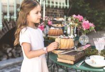 Enfant avec montre Flik Flak X Tartine et Chocolat au poignet
